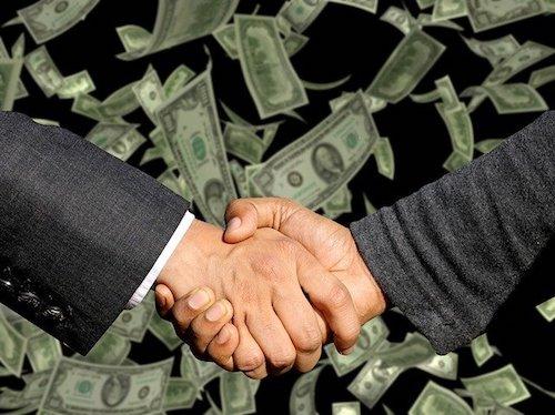 成約の握手を交わす画像